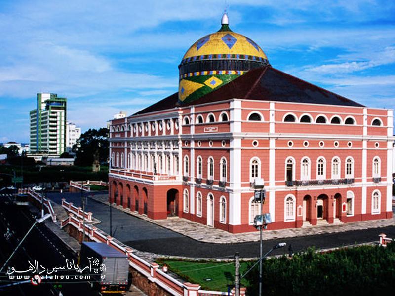 تئاتر آمازون یا سالن اُپرای شهر یکی از مهمترین ساختمانهای مانائوس است.