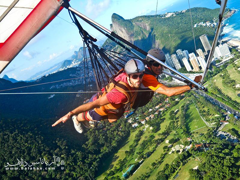برای پاراگلایدر سواری آموزش ده دقیقهای میبینید و بعد از آن لذت پرواز بر بالای شهر ریو را تجربه میکنید.
