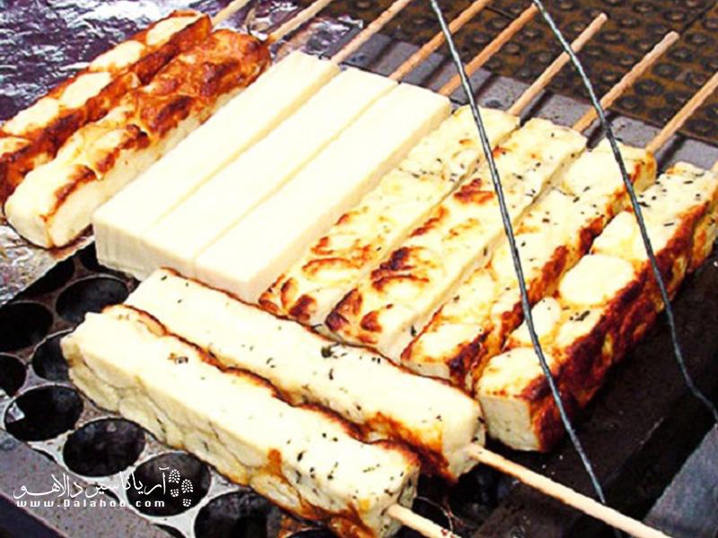 «پنیر کبابی شور» یا «queijo coalho» یکی از خوشمزهترین غذاهای خیابانی دنیاست. کافی است کبابش کنید تا بوی ماهی کبابیاش بلند شود.