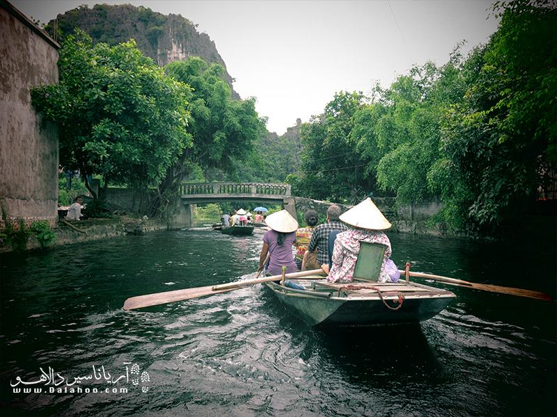 کایاک سواری در یکی از انشعابات رود مکونگ را با همدیگر تجربه میکنیم.
