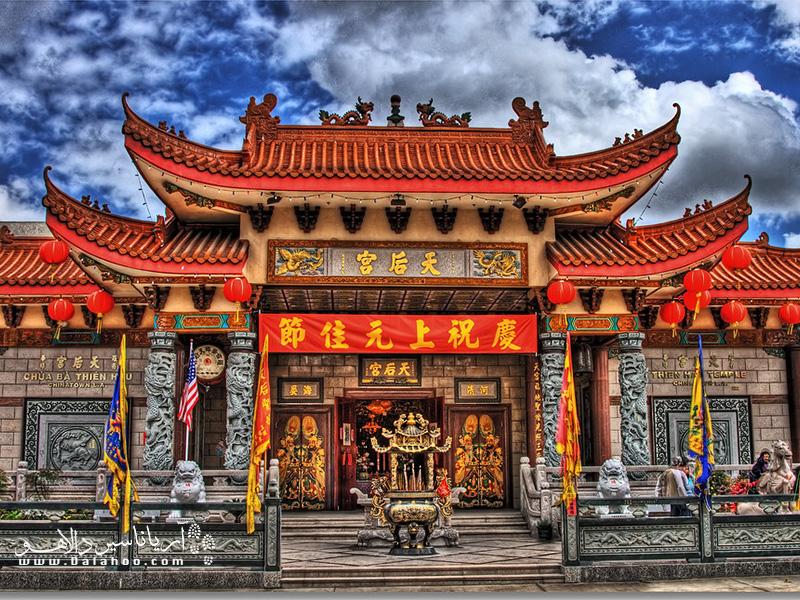 معبد بانوی دریا (Ba Thien Hau Temple) در محله چینیهاست و برای الهه دریا ساخته شده.