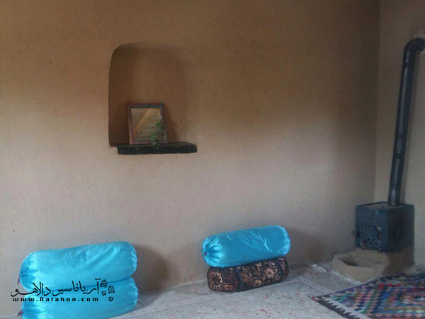 گوشهای از فضای داخلی اقامتگاه بومگردی قلعه سنگی.