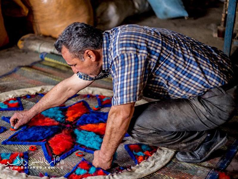 صنایع دستی نمد از دیرباز در لرستان رواج داشته و شامل لباس، کلاه و زیراندازهای نمدی است.