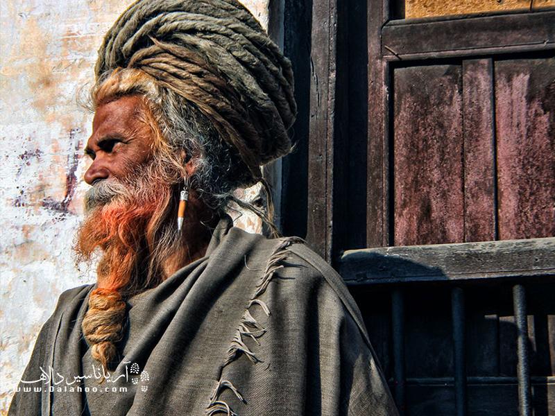 یوگیها معتقدند با بلند کردن موهایشان به جریان زندگی و جریان رودها کمک میکنند.