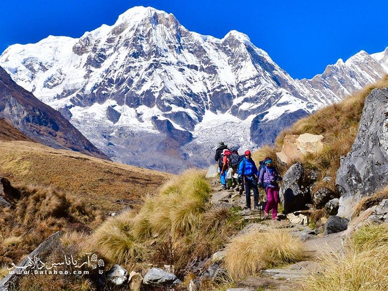 وجود رشتهکوه «هیمالیا» و بلندترین قله جهان «اورست» هرساله بسیاری از کوهنوردان جهان را به سمت خود جذب میکند.