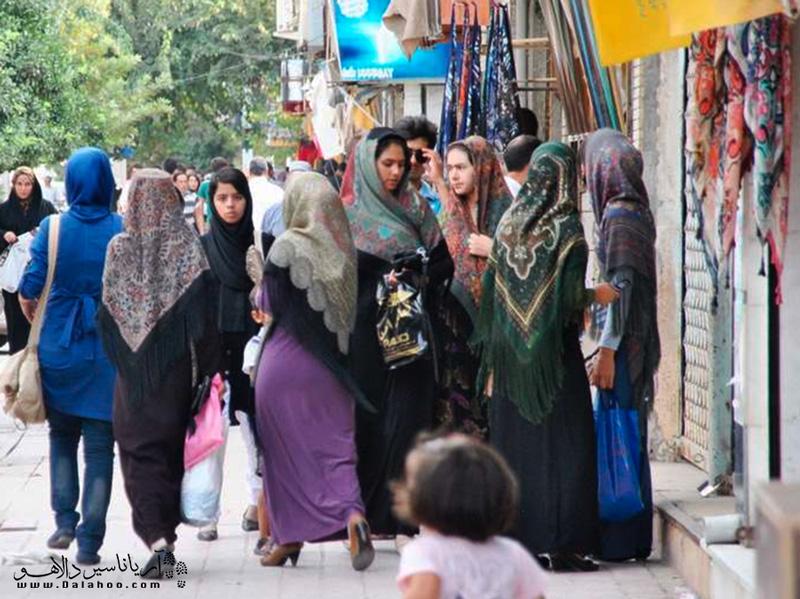لباس محلی زنان ترکمن یکی از جاذبههای این منطقه است.