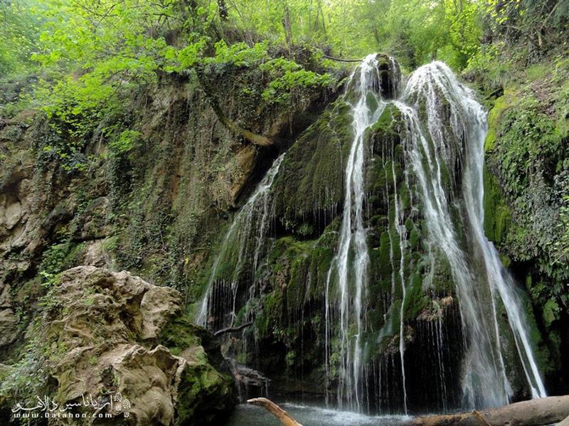 کی از دیدنیترین جاذبههای گردشگری ترکمن صحرا آبشار کبودوال است.