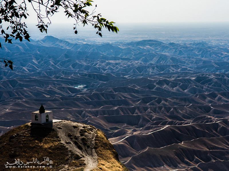 آرامگاه خالد نبی نه تنها از نظر تاریخی مهم است، بلکه مناظر طبیعی فوقالعادهای دارد.