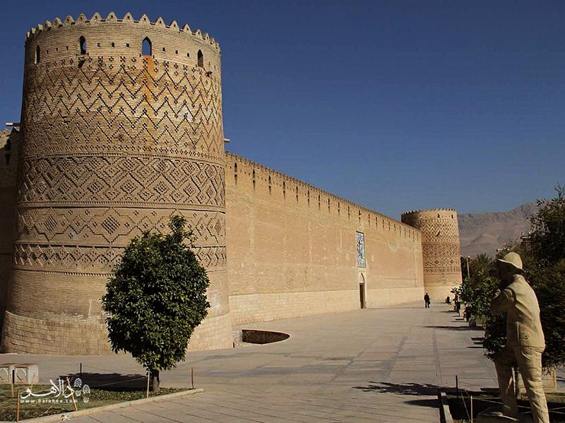 ارگ کریمخانی در مرکز شهر شیراز قرار دارد و متعلق به دوران زندیه است.