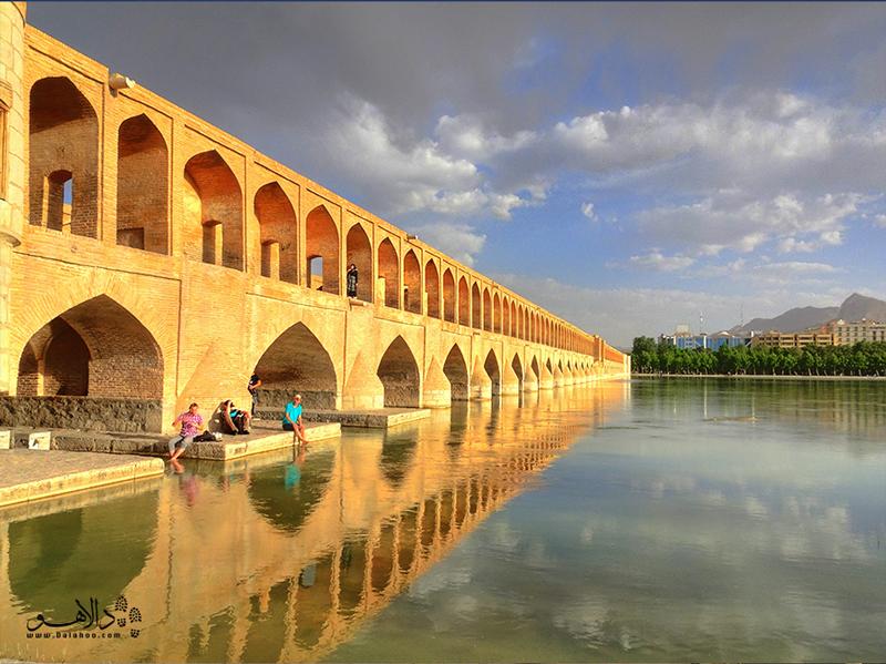 سی و سه پل در زمان حکومت شاه عباس اول بر روی رودخانه زایندهرود ساخته شد.