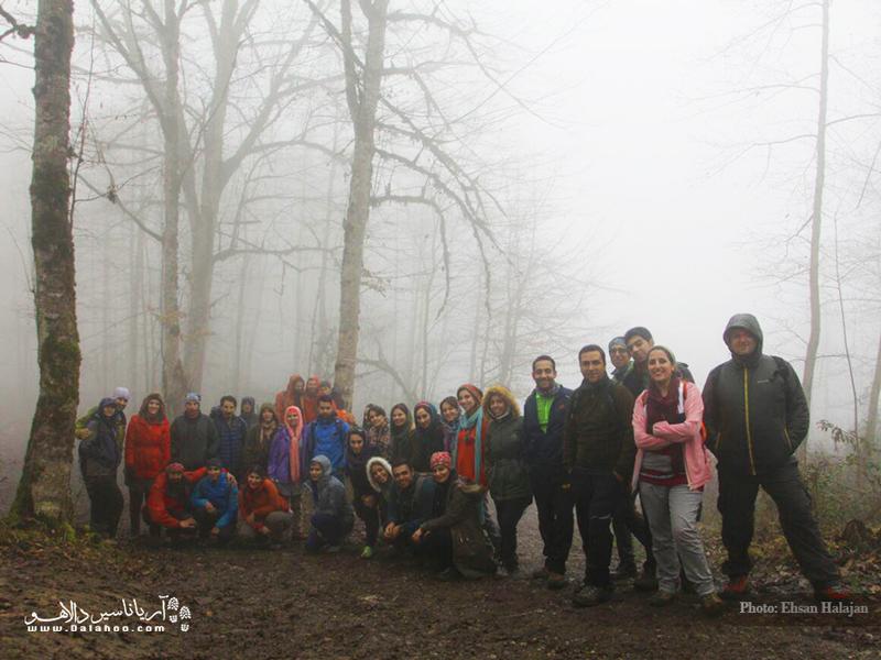 ثبت عکس دست جمعی کارمندان و لیدرهای دالاهو در دریاچه ارواح.
