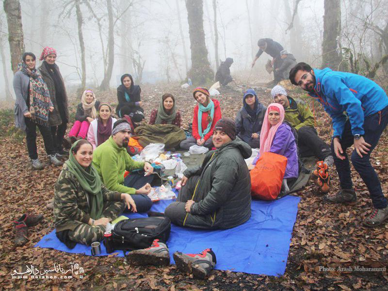 صرف ناهار در فضای دوستانه و هوای مه آلود دریاچه ارواح.