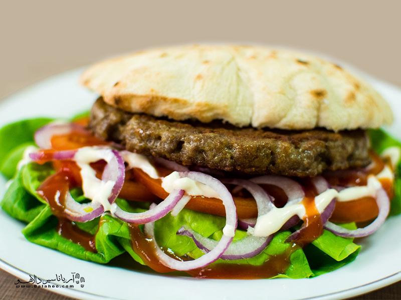 این همبرگر یا کتلت خوشمزه با نان مخصوصی که کمی کلفت تر از نان لواش است سرو میشود.