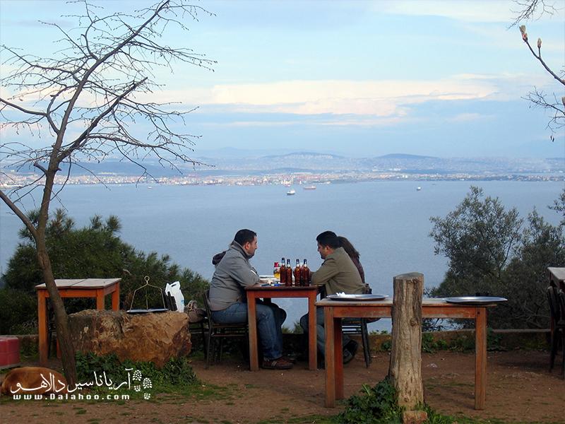 در بیوک آدا رستورانهای ساحلی چشم انداز خوبی دارند.