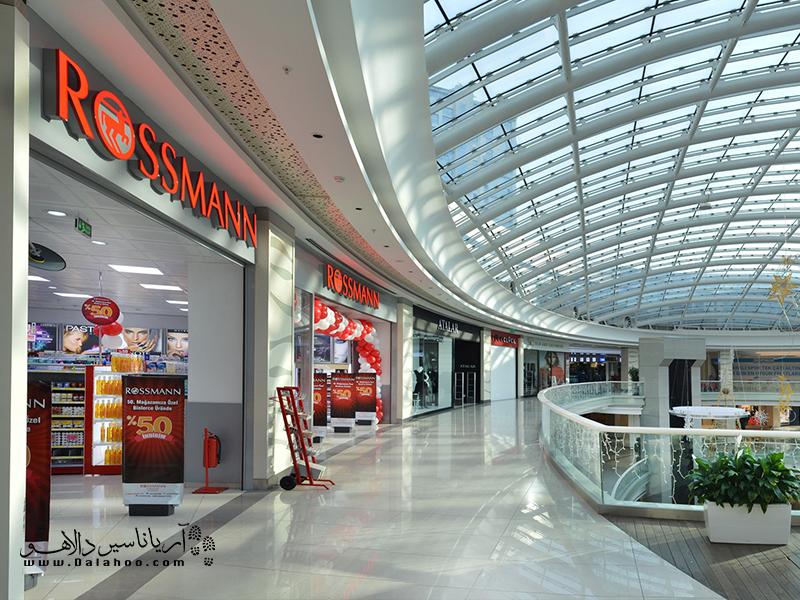 یکی دیگر از فروشگاههای پرطرفدار لوازم آرایشی، روسمن است.