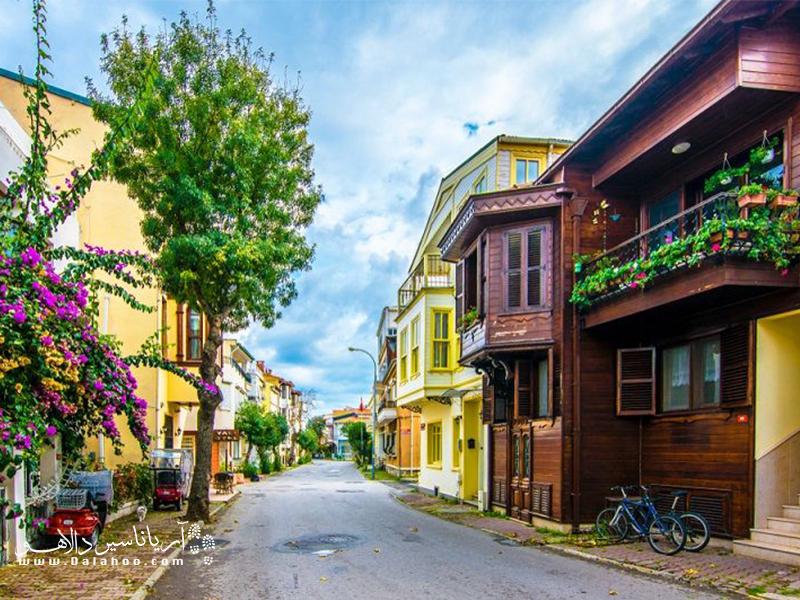 شما میتوانید در سفر به جزیره بیوک آدا با درشکه و دوچرخه به جزیره گردی بپردازید.