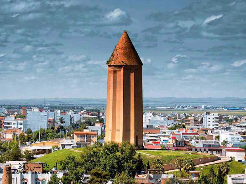 گنبد قابوس به عنوان یکی از بلندترین برجهای تمام آجری در جهان شناخته میشود.