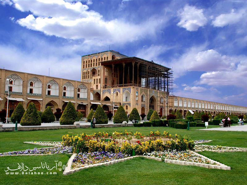 کاخ عالی قاپو در ضلع غربی میدان نقش جهان قرار گرفته.