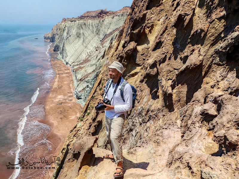 برای سفر در طبیعت بهترین بالاپوش، تیشرت آستین بلند است.