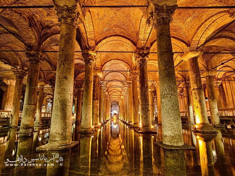 در آب انبار باسیلیکا، ستونهای مرمر بسیار زیبایی از داخل آب سر بیرون آوردهاند.