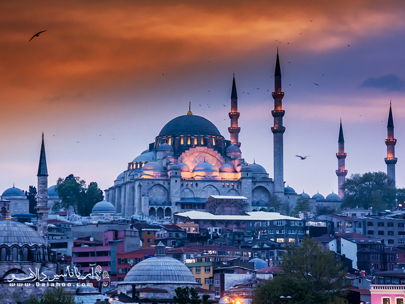 مسجد باشکوه سلیمانیه، برجستهترین یادگار معماری این شهر است.