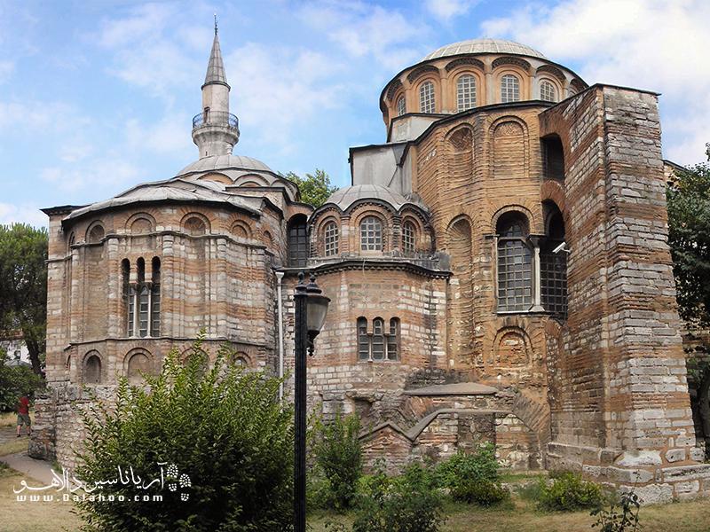 موزه کاریه (کلیسای کورا) در سایه دیوارهای بلند و تاریخی یادگار تئودئوس دوم قرار گرفته است.