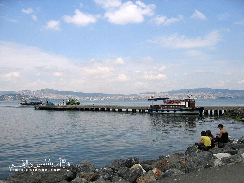 اکثر گردشگران در سفر به جزیره بیوک آدا دوست دارند بیشترین وقت خود را در کنار دریا باشند.