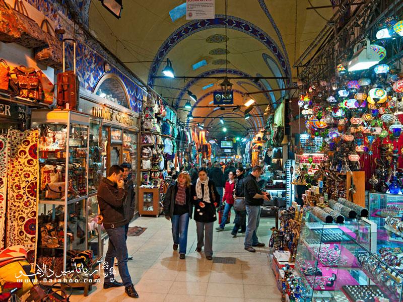 بازار استانبول همه روزه به جز روز عید قربان و روز اول عید فطر باز است.