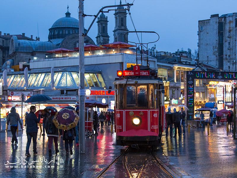 میدان تکسیم استانبول حال و هوای خوبی دارد.