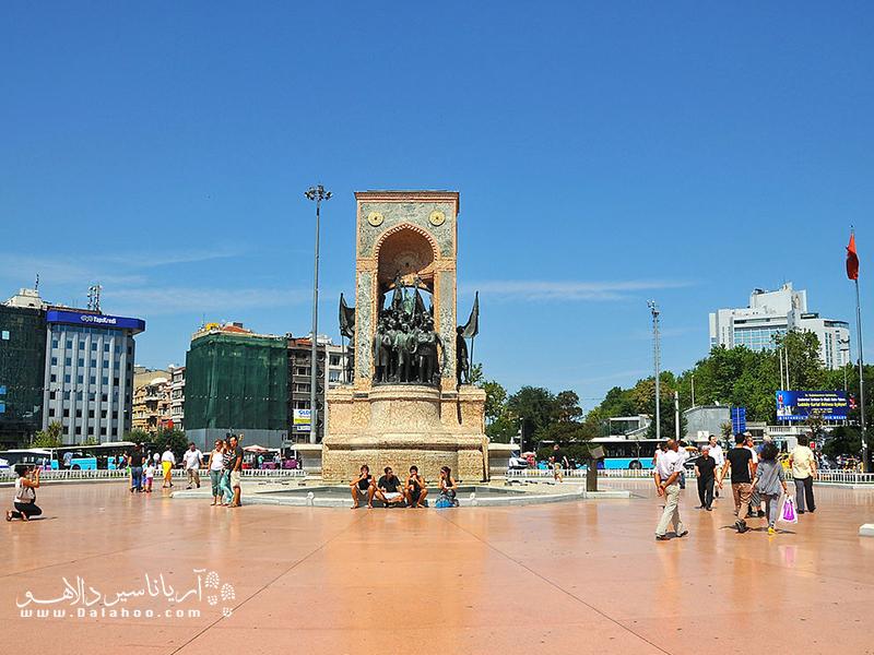 مجسمهای که به بنای یادبود جمهوریت شهرت دارد.
