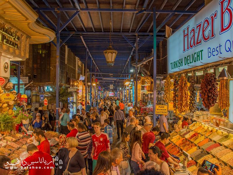 بازار ادویه فروشهای استانبول پر از حال و هوای زندگی است.
