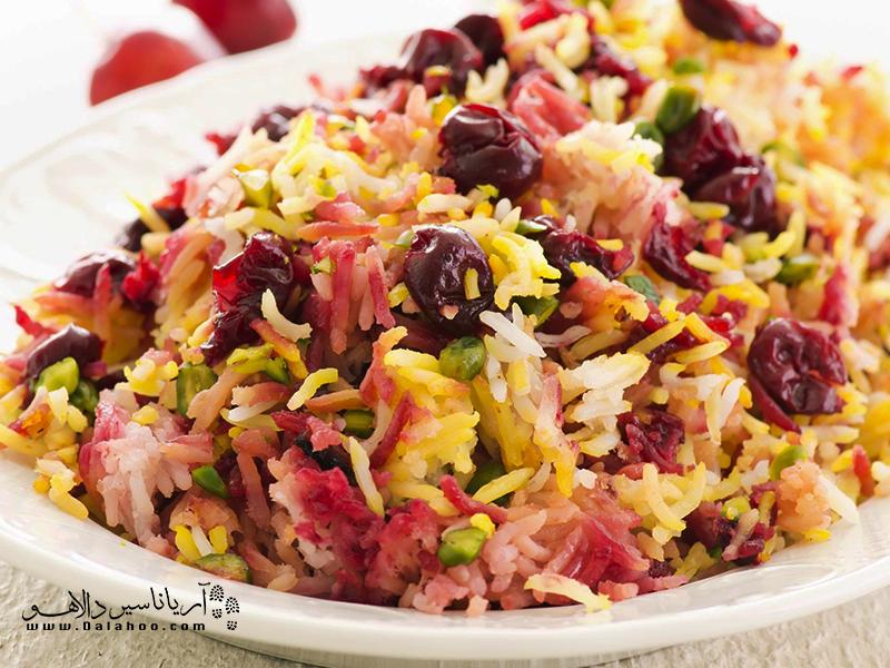 آلبالوپلو غذای رنگارنگ و پرطرفدار دیگر ایرانی است.