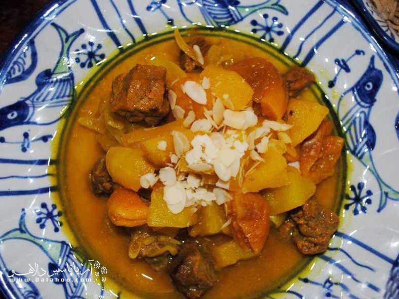 آشپزان تبریزی این آش را با میوههایی مثل آلو، زردآلو، آلبالو، زغالاخته و حبوبات میپزند.