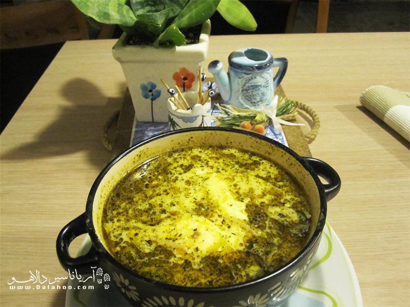 اشکنه شیرازی جزو غذاهای شیرازی است که بیشتر در وعده شام خورده میشود.