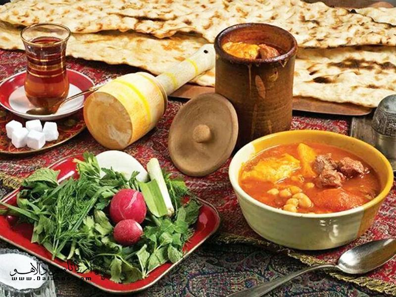 یخنی نخود یکی از غذاهای اصیل شیراز است که به دیگر نقاط ایران راه پیدا کرده.
