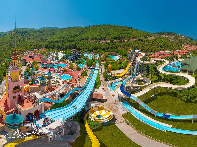پارک آبی دلفین استانبول بزرگترین پارک آبی در این شهر است.