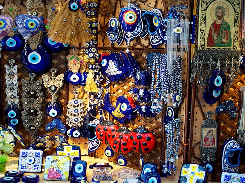 یکی از سوغاتیهای پرطرفدار و البته معروف ترکیه، چشم و نظرهای آبی رنگ و شیشهای هستند.