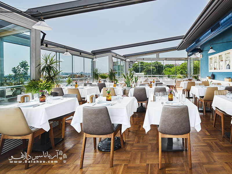 لبِ دریا نام رستورانی در استانبول است که طرفداران بسیاری دارد. منظره تماشایی این رستوران از تنگه بسفر آغاز میشود و تا ساحل استانبول ادامه دارد.