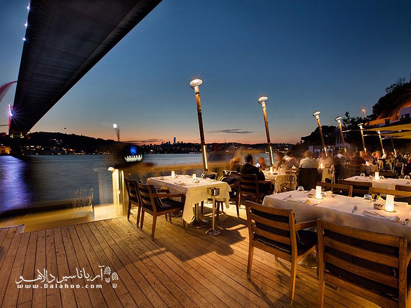 فضای باز رستوران لاجورد امکان تماشای منظره دریا و تنگه بسفر را از نزدیک فراهم میکند.