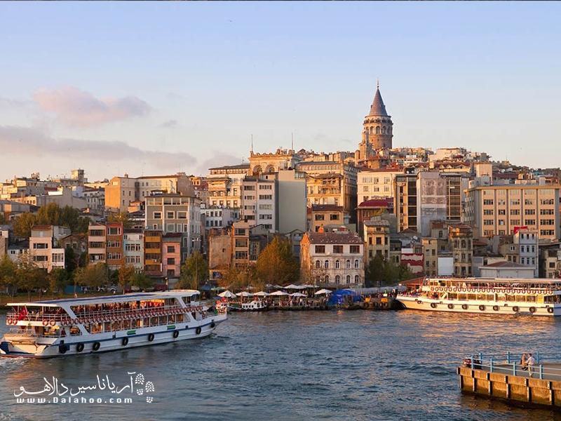 در استانبول میتوانید با گشتیهای تفریحی در کمتر از یک ساعت بین اروپا و آسیا گردش کنید.