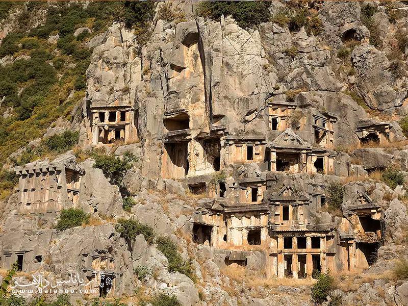 مسیر لیسیان از روستاهای مختلف، چشماندازهای ساحلی فوقالعاده و بقایای شهرهای باستانی از جمله پینارا، زانتوس، لتون و المپوس میگذرد.