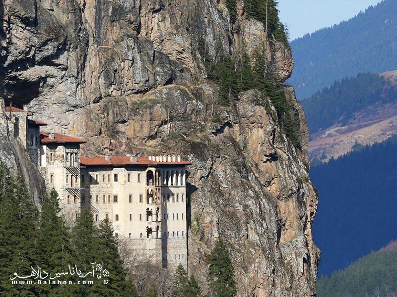 موقعیت صخرهای صومعه سوملا در هماهنگی کامل با مناظر سرسبز اطراف آن است.