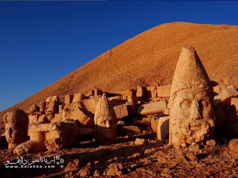 میگویند نمرود داغی نوعی زیارتگاه بوده و سازههایی که در آن دیده میشود ترکیبی است از آثار یونانی و ایرانی