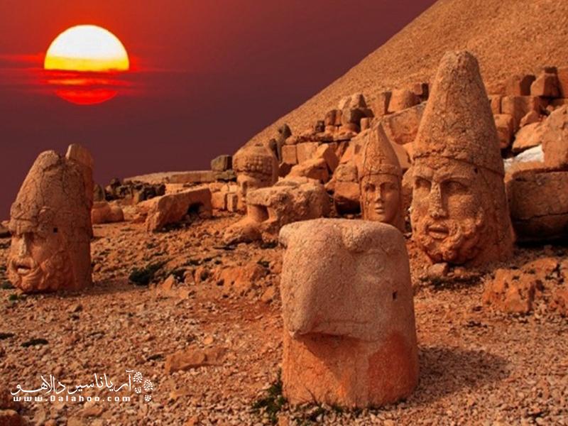 گفته میشود نمرود داغی یکی از زیباترین مقاصد ترکیه برای تماشای طلوع و غروب خورشید است.