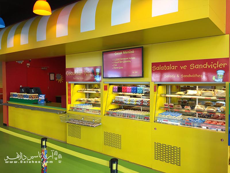 رستوران و کافی شاپ لگولند با همامن زمینه لگو و اسباببازیها طراحی شدند.