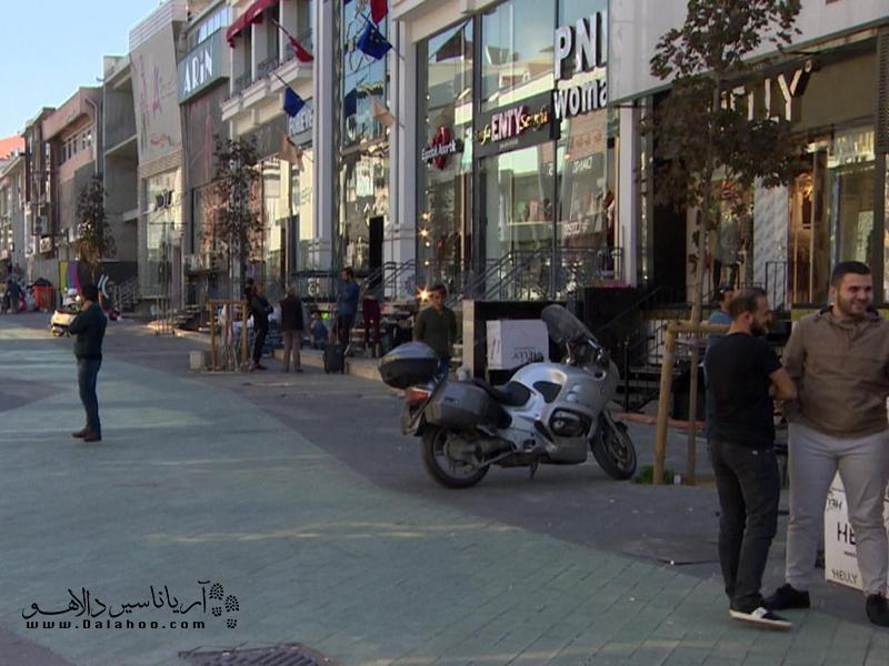 خیابان مرتر در منطقه زیبا و دیدنی زیتون واقع شده است.