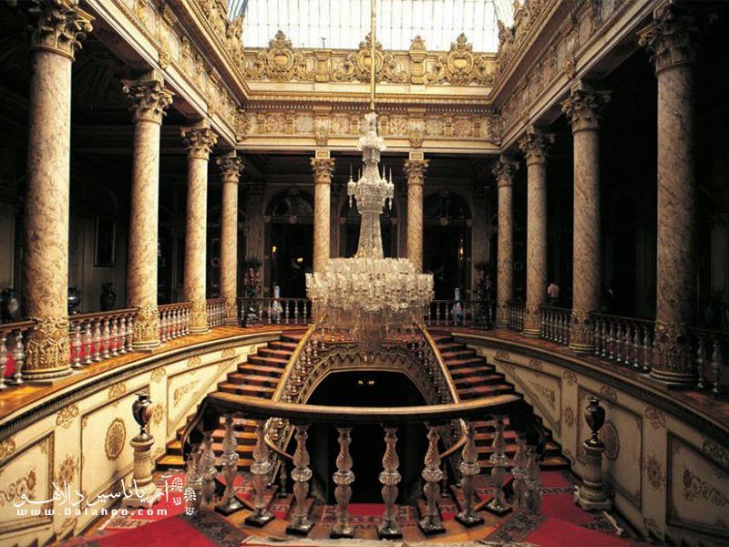 بزرگترین چلچراغ بوهمی جهان در این قصر قرار دارد