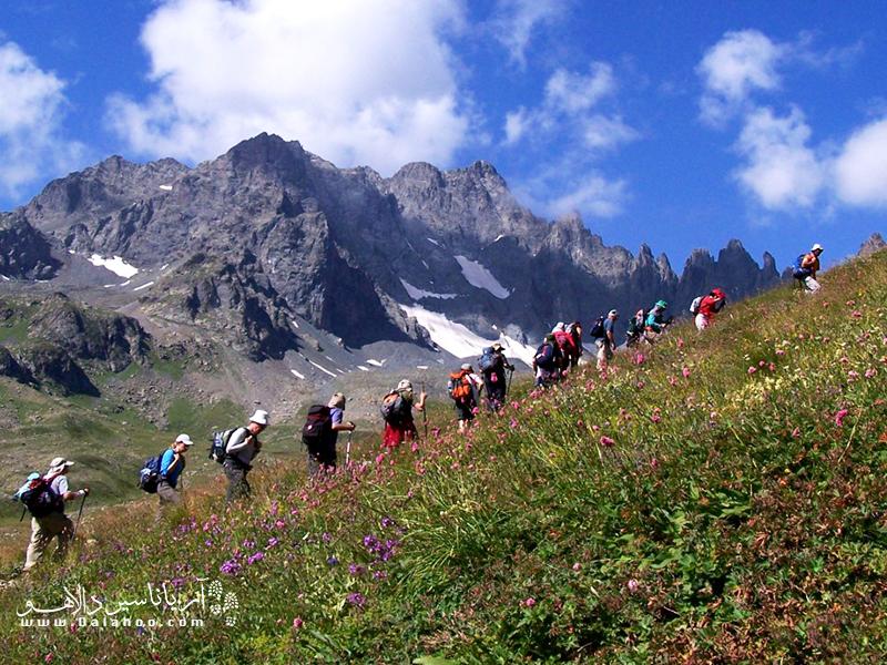 حین کوهنوردی در کوههای کاچکار از میان گلهای رنگارنگ، دریاچههای چشمنواز و رودهای روان میگذریم.