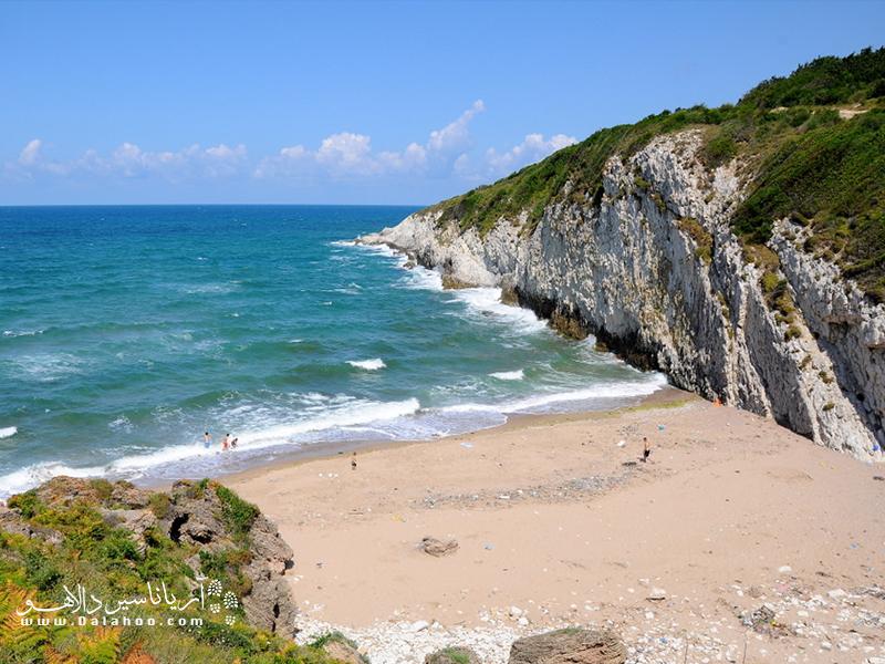 ساحل شنی سفید و آبهای فیروزهای ساحل شیله، ترکیب اغواکنندهای برای شنا، حمام آفتاب و حتی قدم زدن است.
