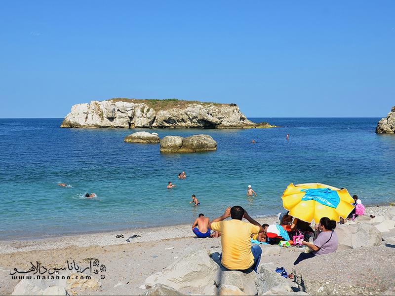 فصل تابستان زمان مناسبی برای شنا در این سواحل است.
